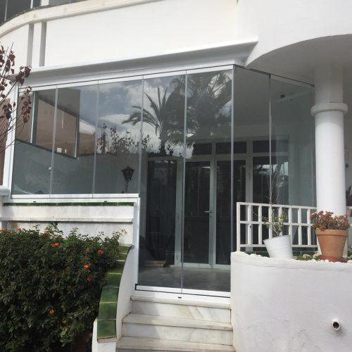 Hnos Cortes Ruiz - Carpintería de Aluminio, PVC y Cristal en Málaga, Fuengirola y Mijas. cortina de cristal